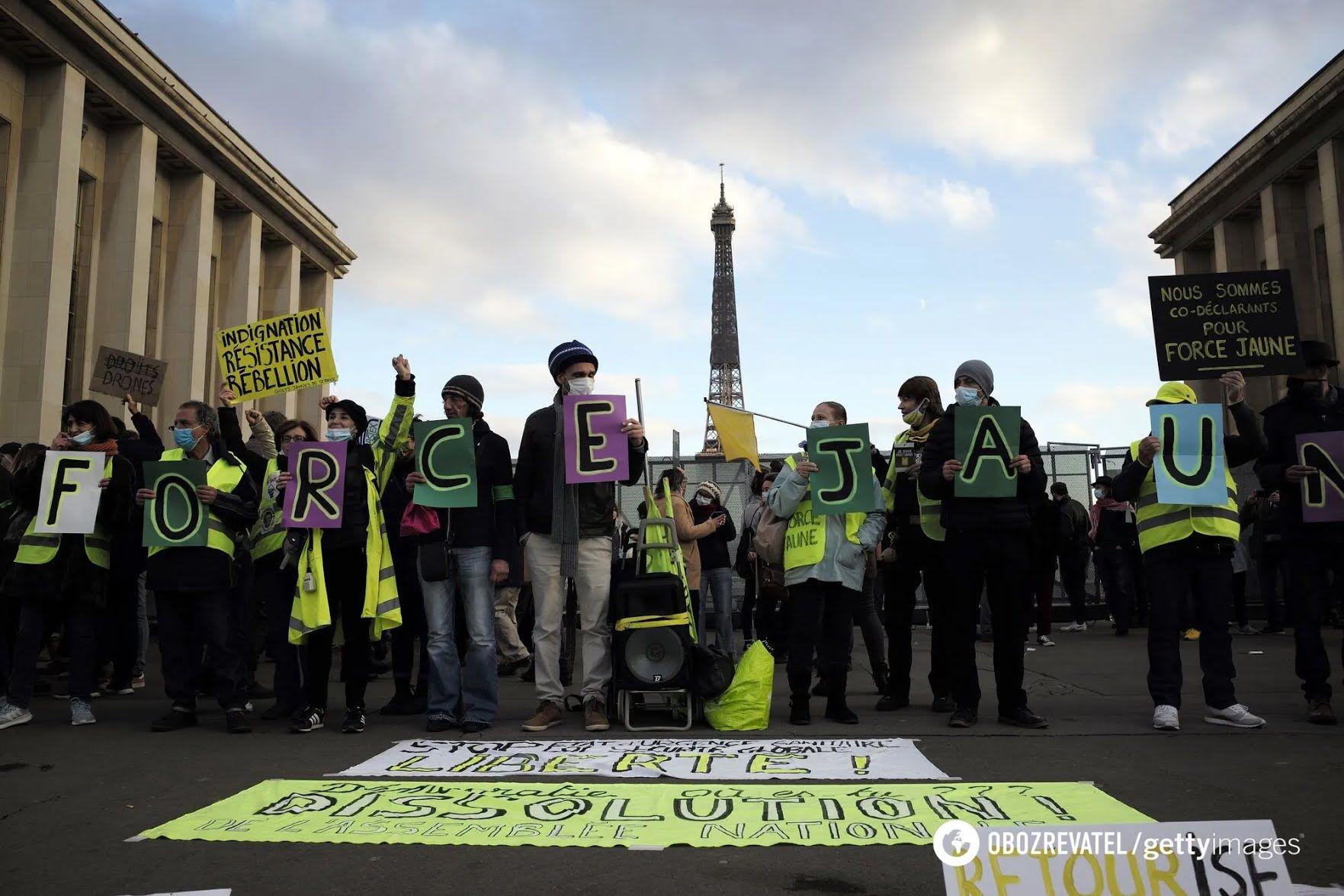 В Париже тысячи человек вышли на улицы