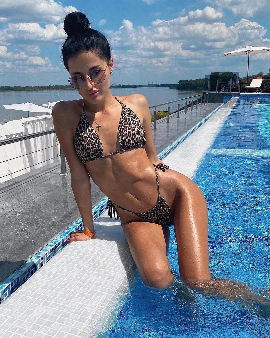 Лиза Третьякова в бассейне