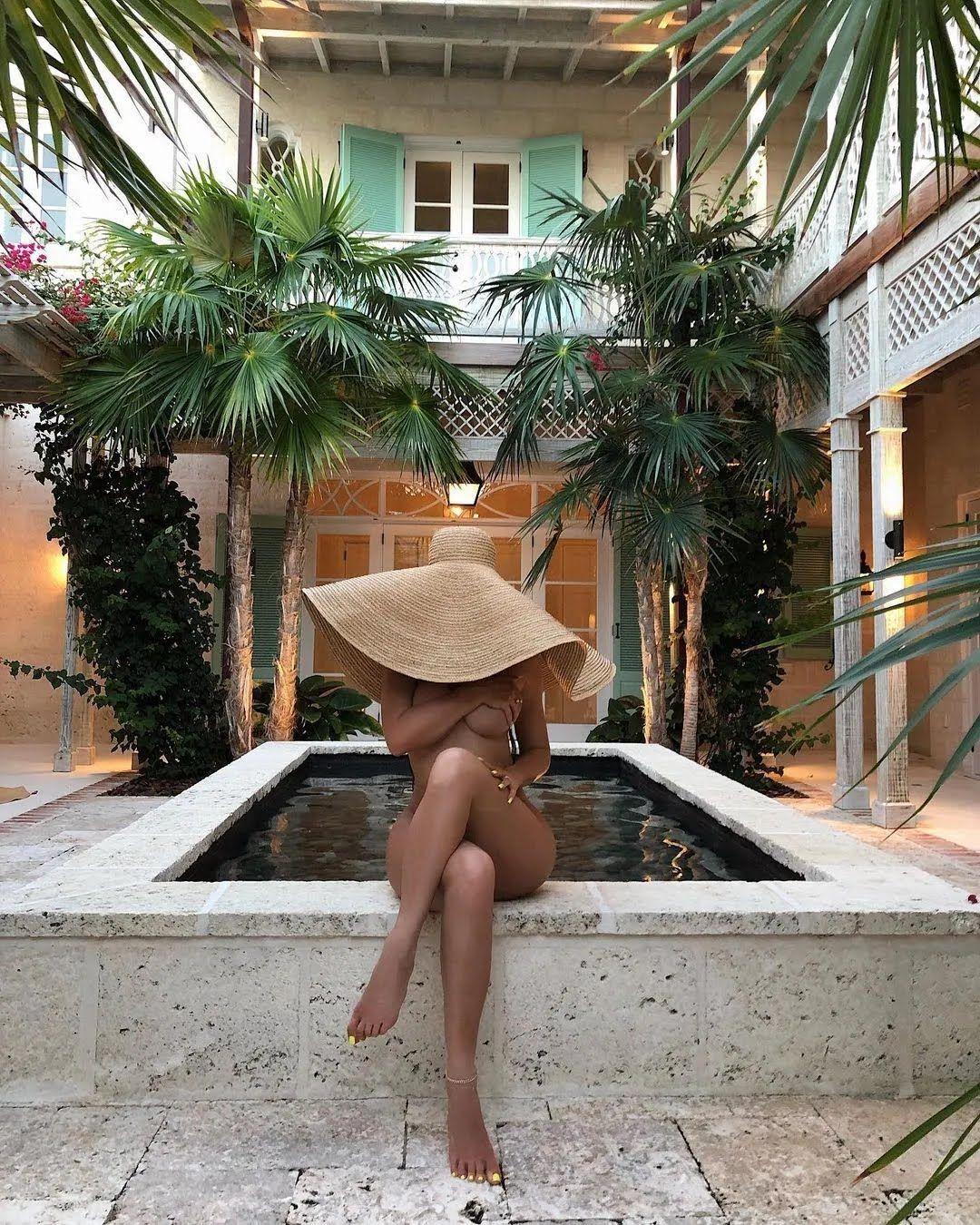 Кайли Дженнер в соломенной шляпе