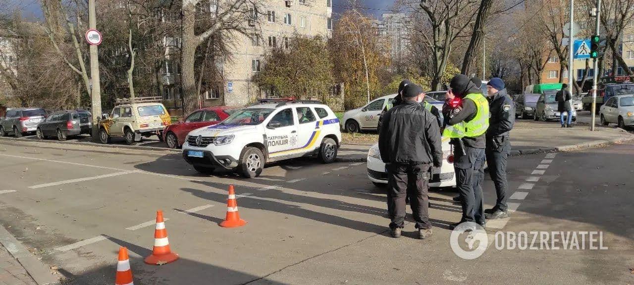 Под посольством находилось много правоохранителей