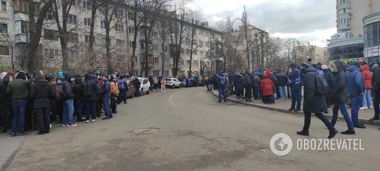 После окончания митинга люди толпились около посольства