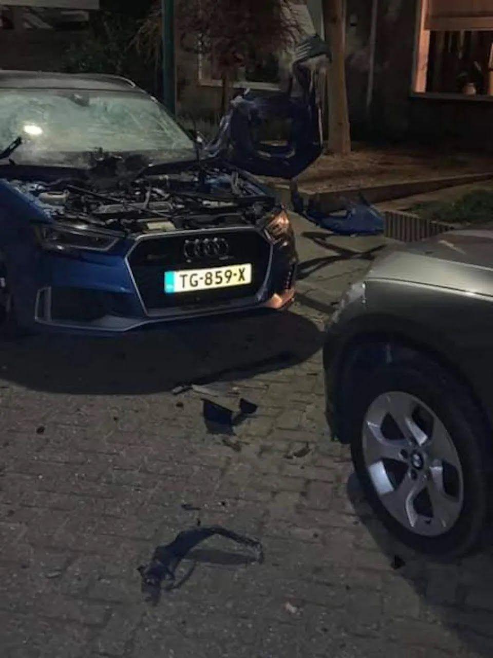 """Хулиганы превратили новую Audi RS3 в """"биток"""" с помощью фейерверка"""