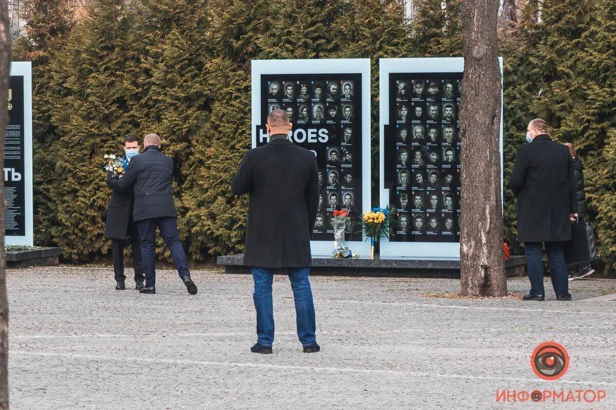 Охорона не давала знімати Зеленського під час покладання квітів.