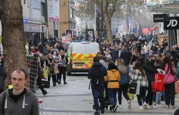 Люди толпились на улице