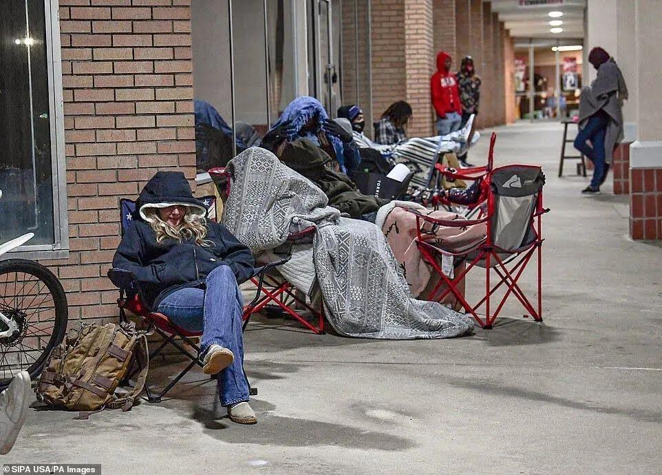 Американцы ночевали под магазином электронных игр в Северной Каролине