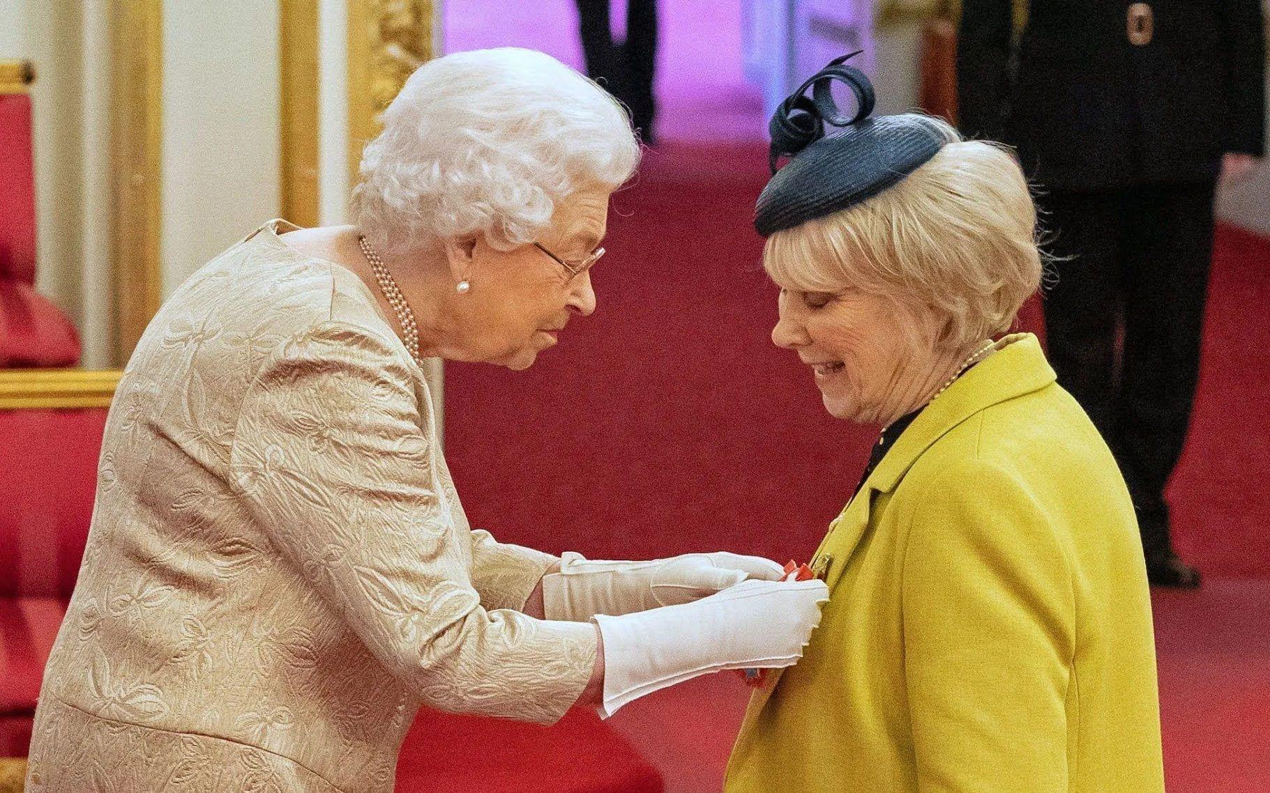 Для королевы Великобритании Елизаветы II изготовят защитные перчатки от коронавируса