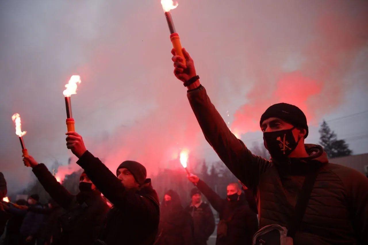 Мітингувальники палили фаєри