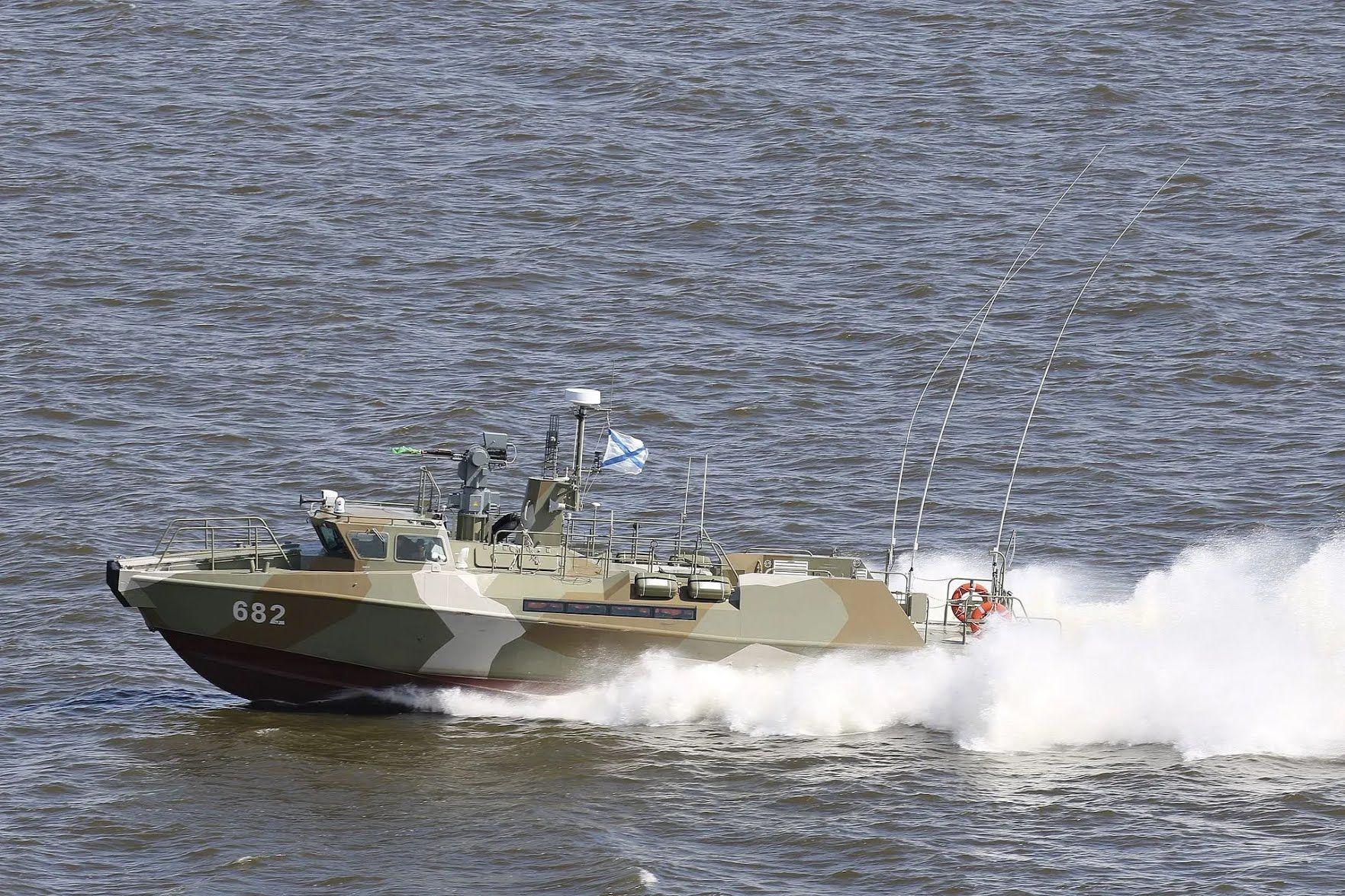 Катер участвует в военно-морских парадах