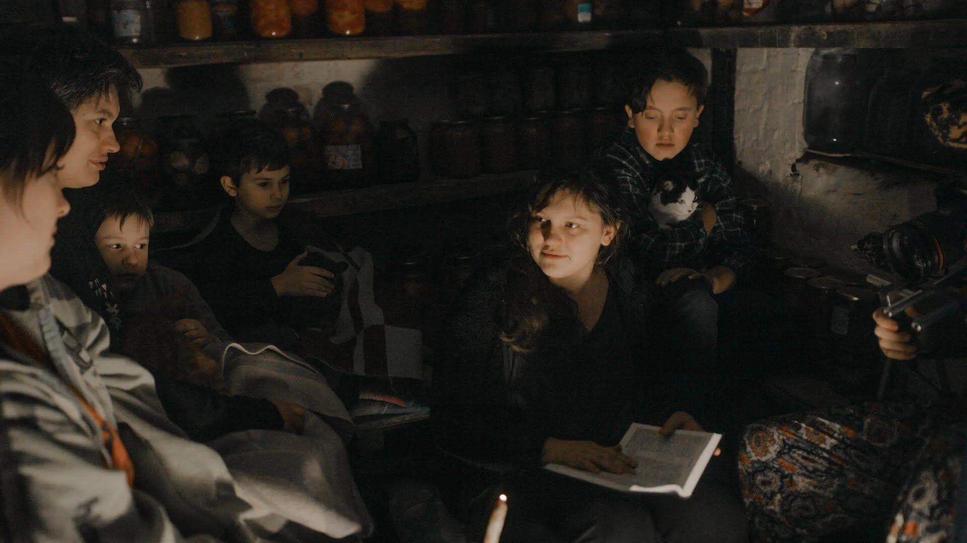 """Кадр из фильма """"Земля блакитна, ніби апельсин"""""""