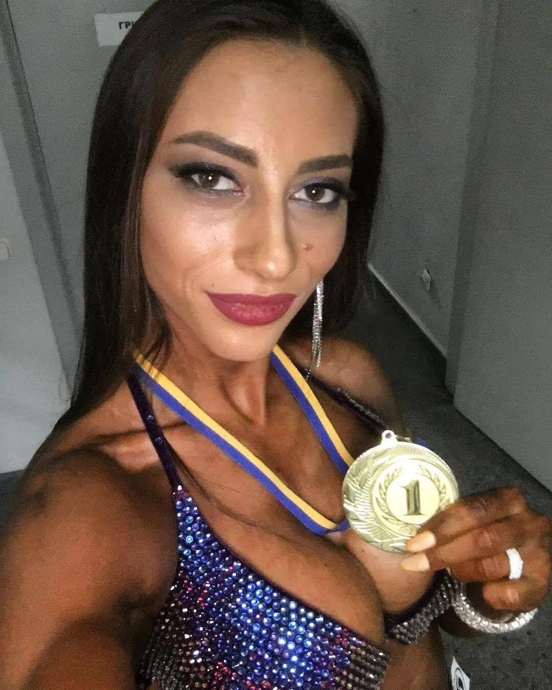 Юлия Высоцкая с медалью за первое место