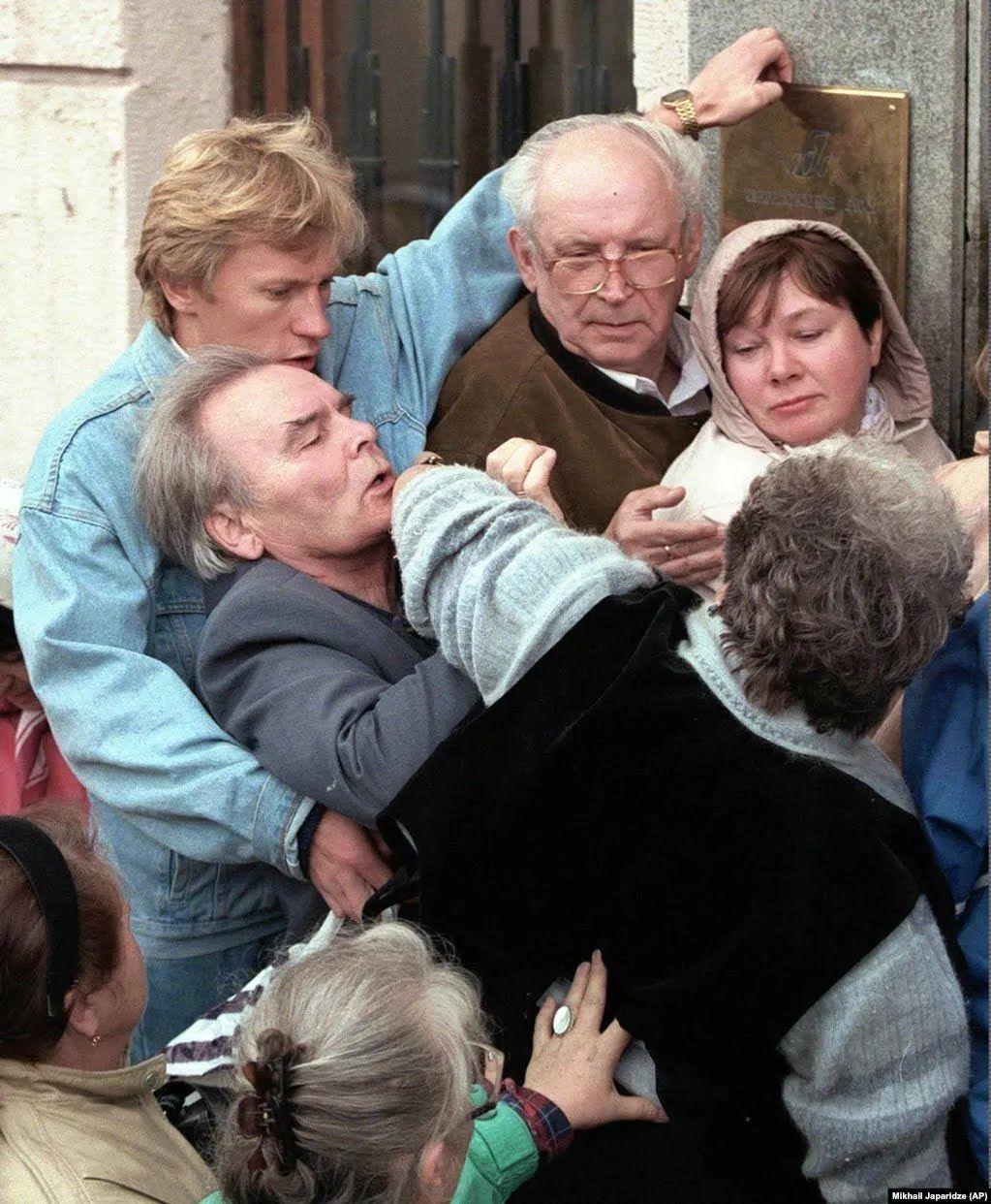 Москвичі штовхаються, поспішаючи увійти до банку в надії забрати свої заощадження 27 серпня 1998 року, оскільки вартість рубля різко падає