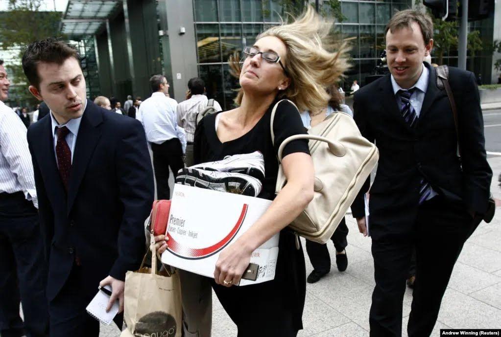 Жінка несе речі зі свого робочого столу після звільнення з лондонського відділення Lehman Brothers у вересні 2008 року