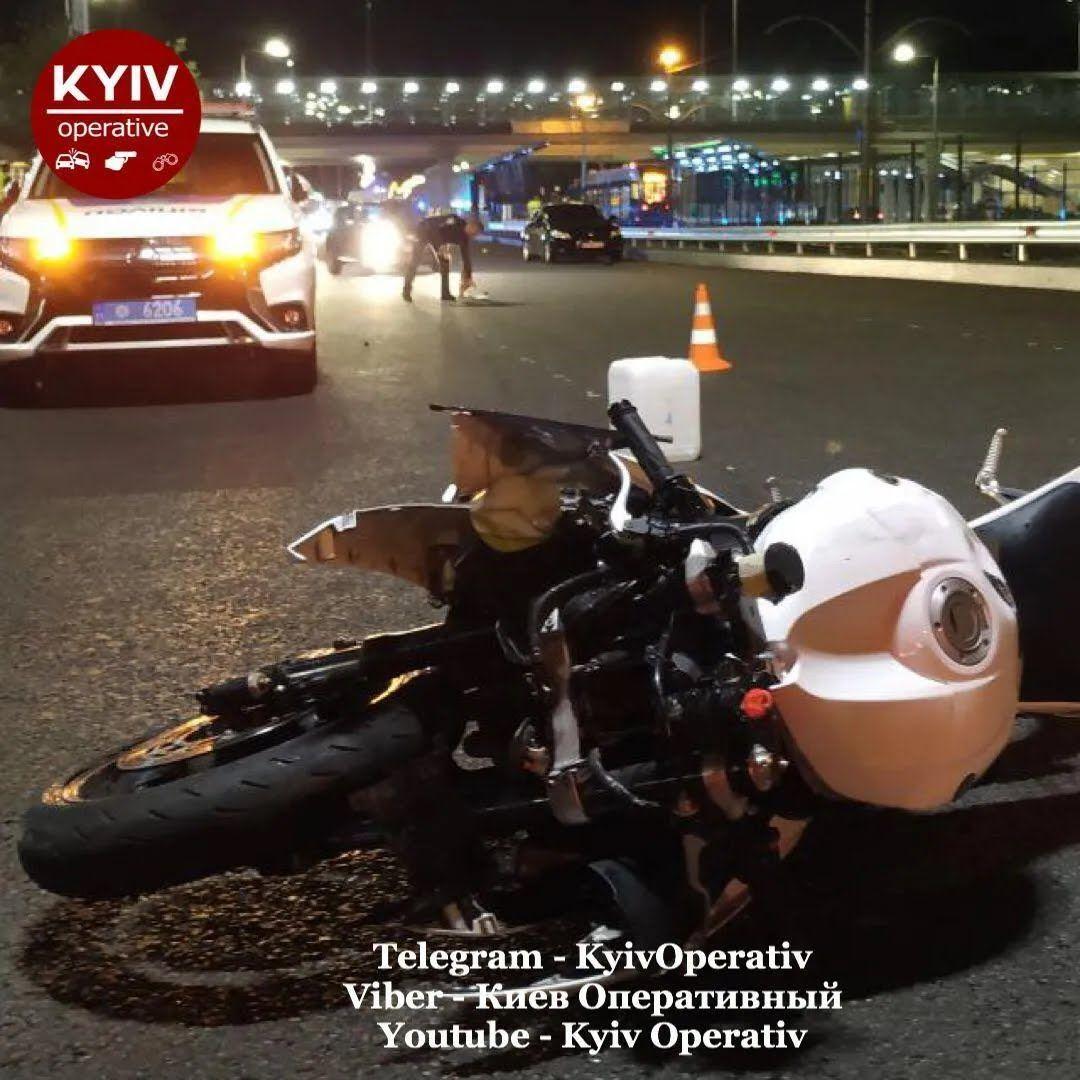 Мотоцикл на дорозі.