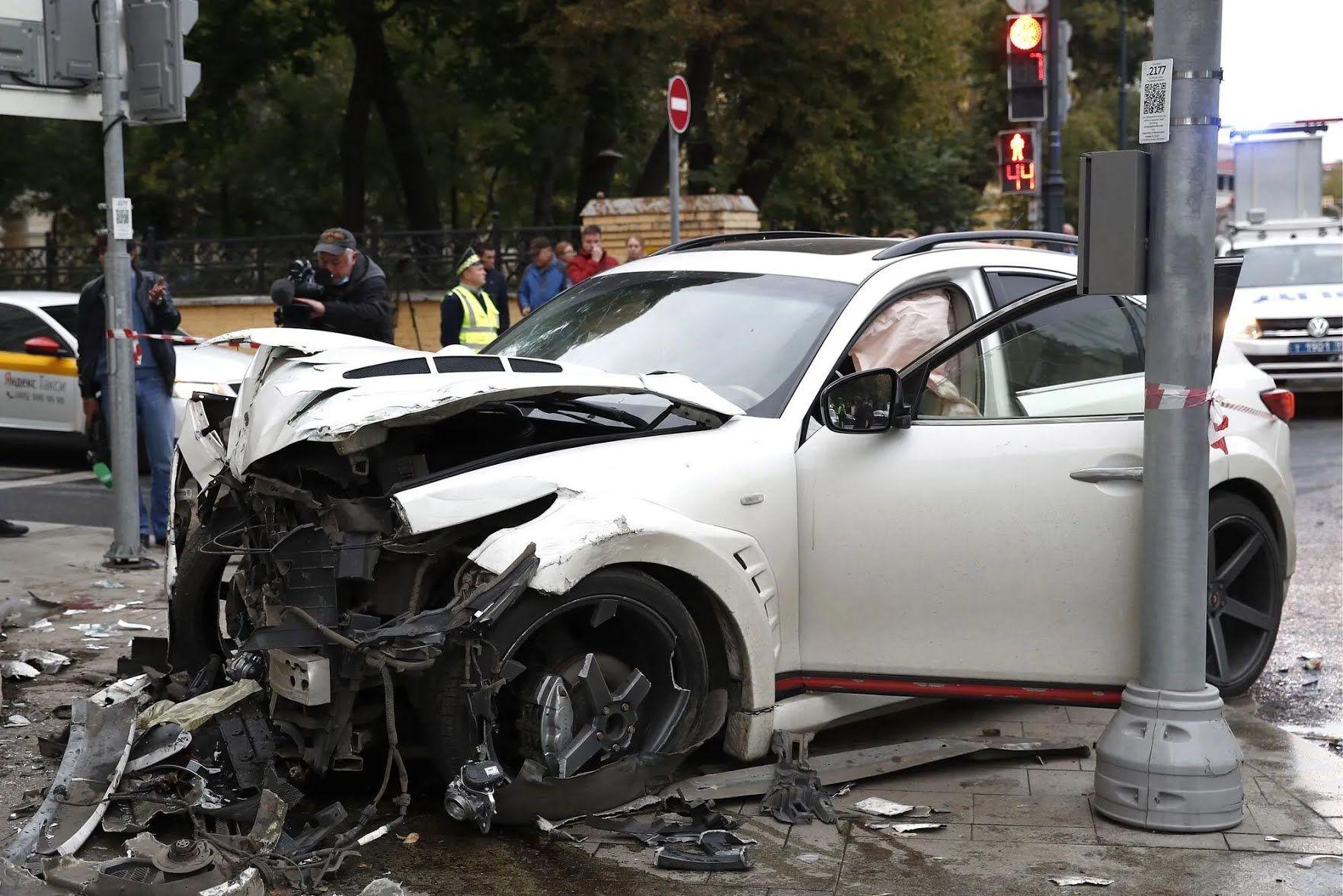Певец Эллей сбил четырех человек на тротуаре в центре Москвы.