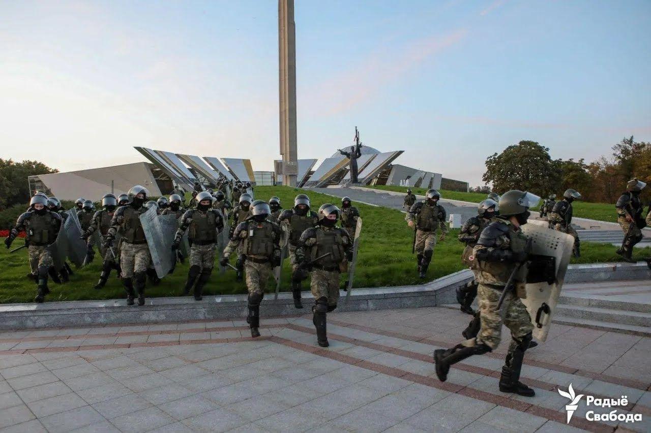 Силовики почали розгін протестуючих біля стели.