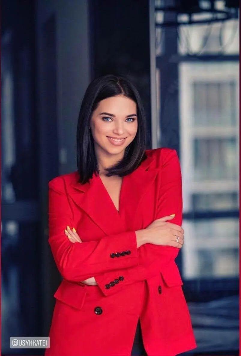 Екатерина Усик в красном пиджаке
