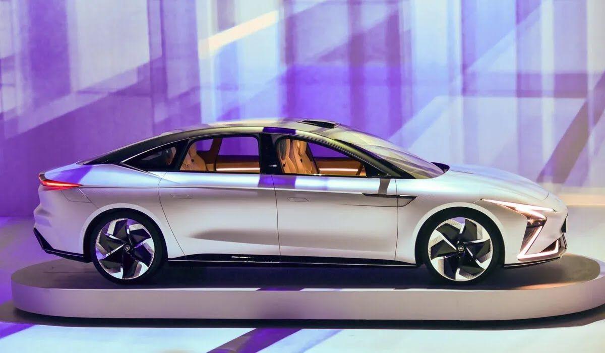 Полноприводный седан оснащен двумя электромоторами суммарной мощностью 544 л.с.