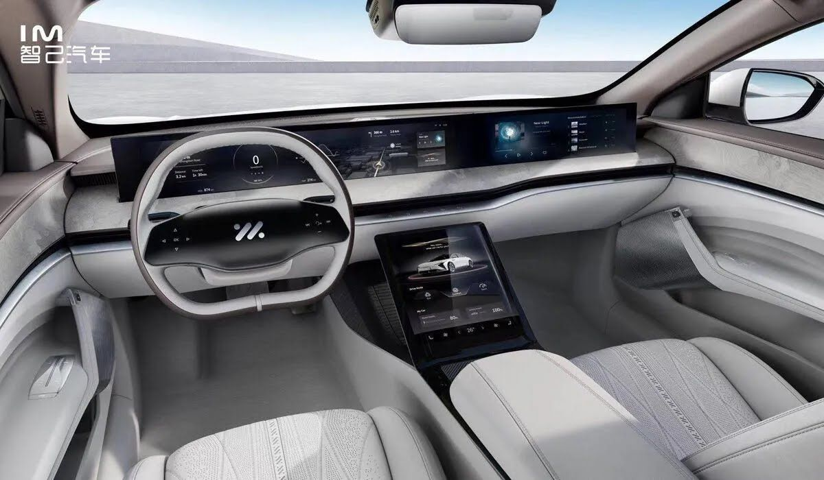 Автомобиль получил полностью цифровой кокпит с 39-дюймовым дисплеем