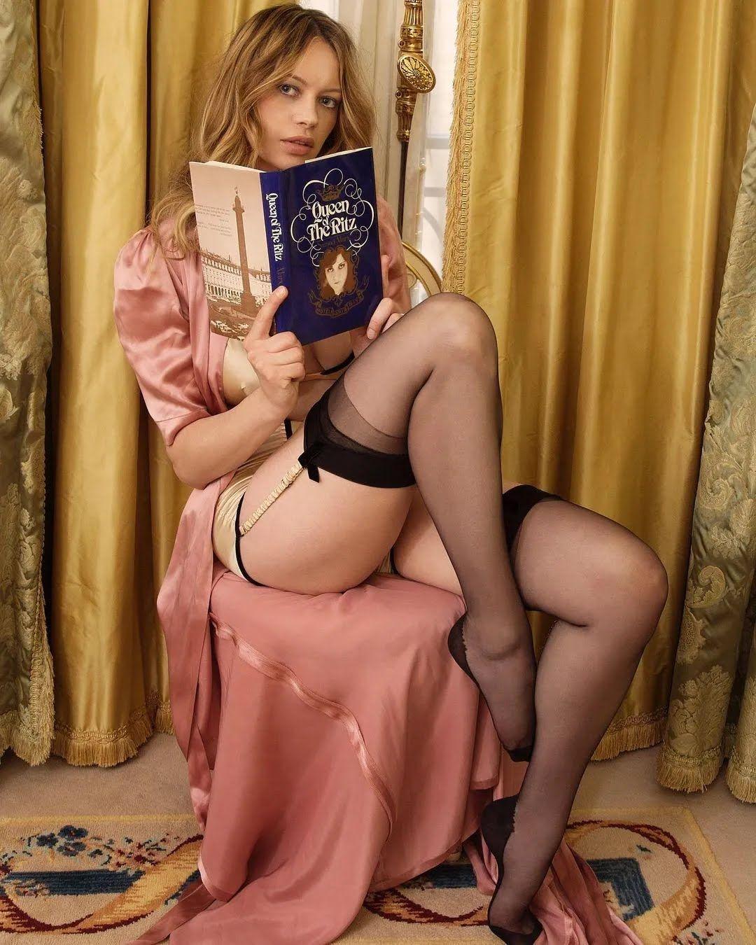 Анна Фальки в чулках
