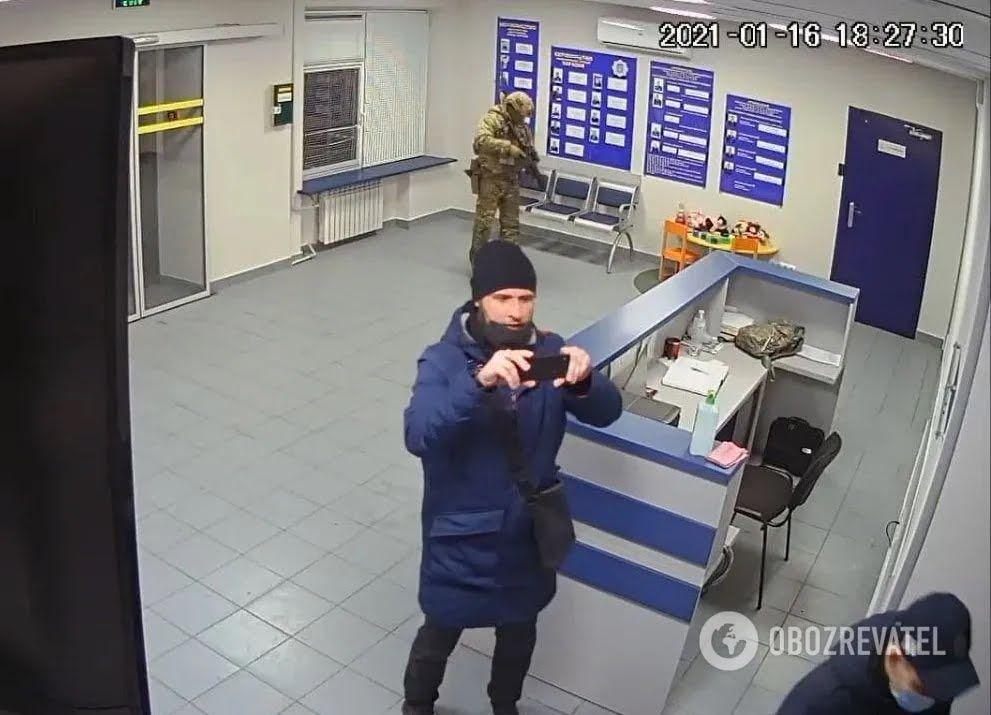 """Один из приехавших с сотрудниками ГБР и СБУ снимает """"кино"""" в отделе полиции"""