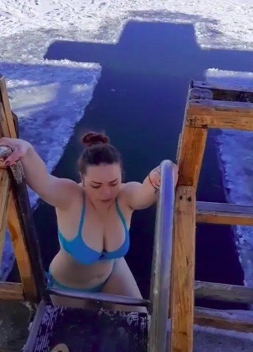 Українки пірнали в ополонки на Водохреще.