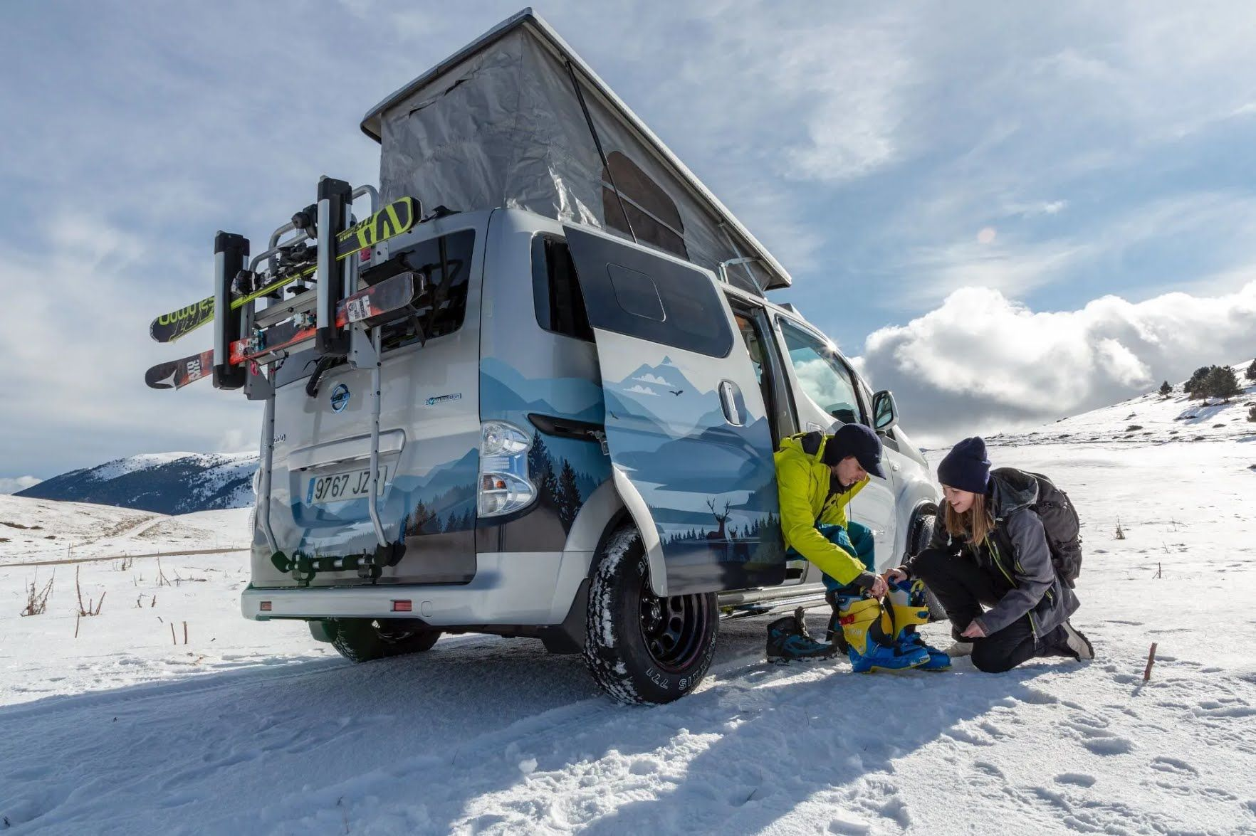 Новинка построена на базе серийного электрического микроавтобуса e-NV200 Evalia