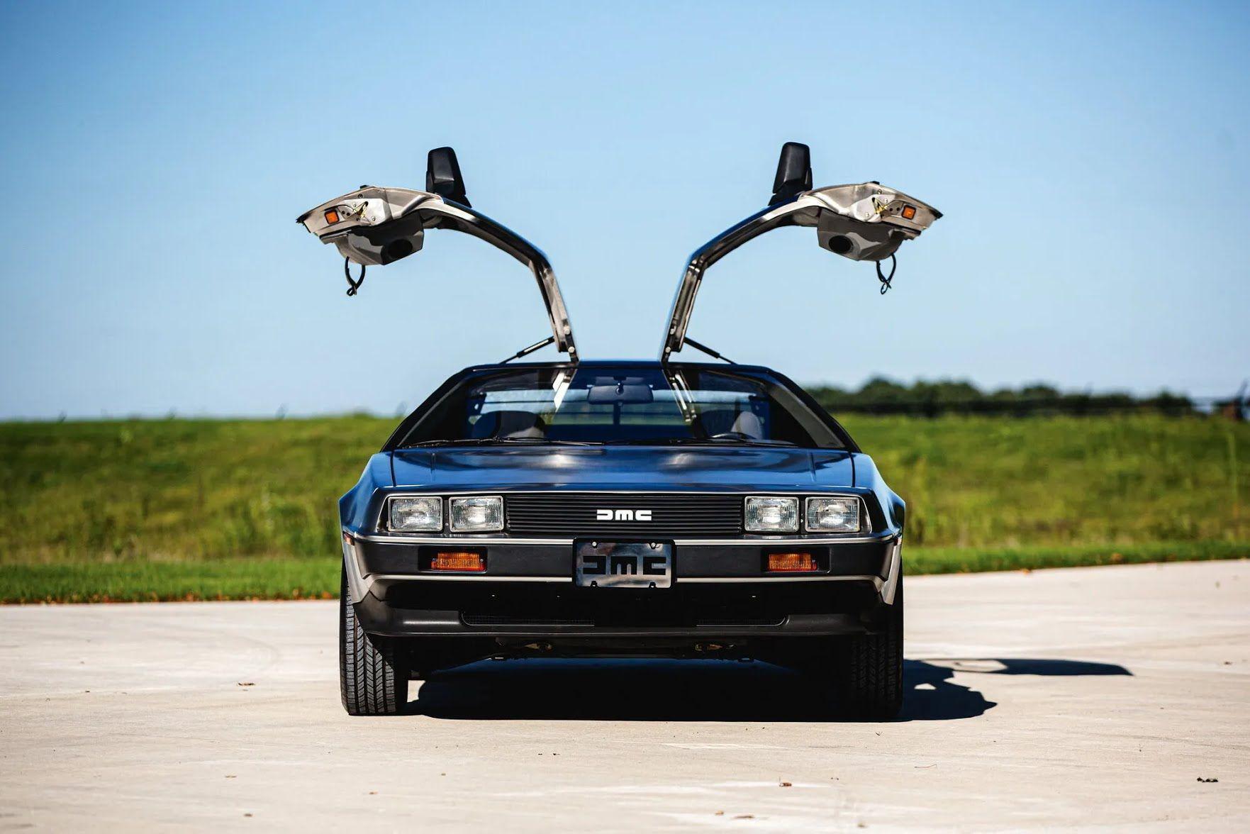 DeLorean DMC-12 выпускался компанией Джона ДеЛореана с 1981 по 1983 год