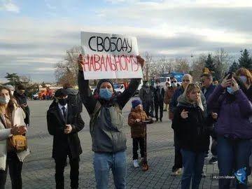 В Севастополе прошел небольшой митинг в поддержку Алексея Навального