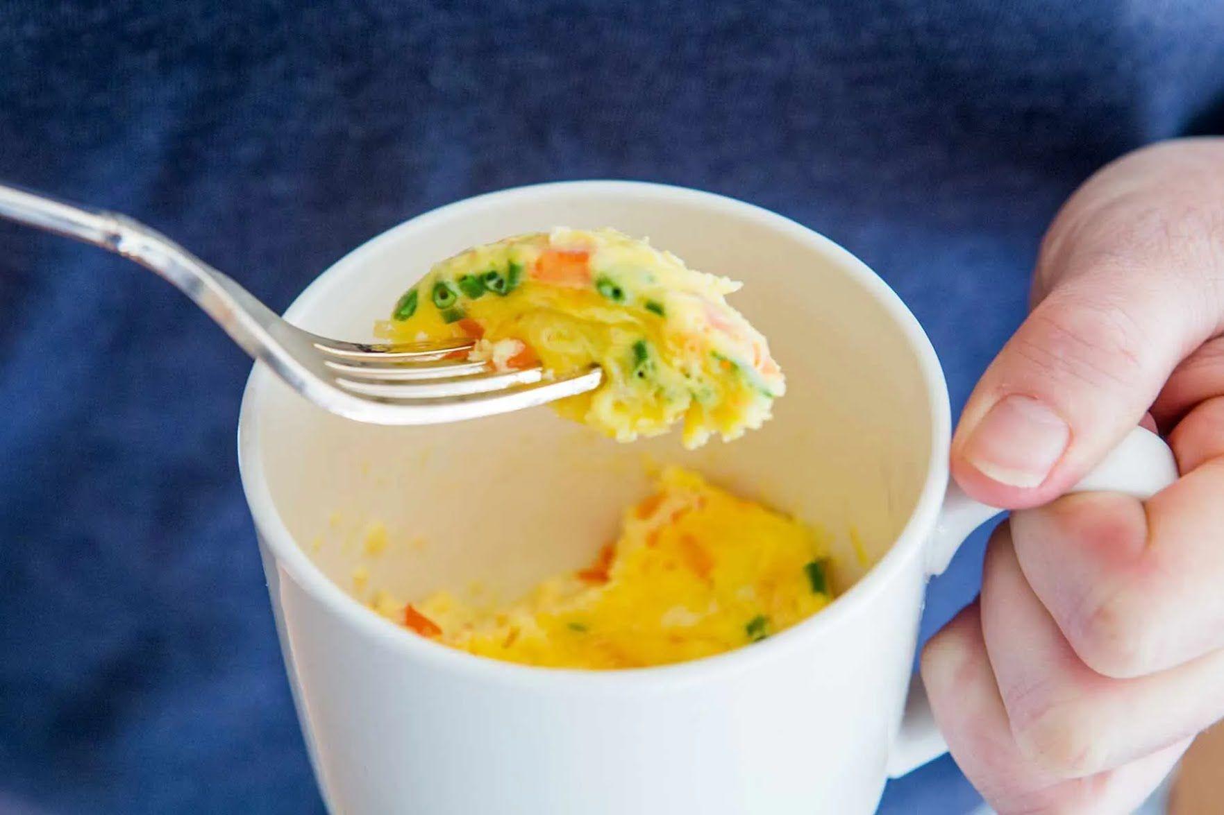 В омлет можно добавить мелко резанные овощи, бекон или лосось.