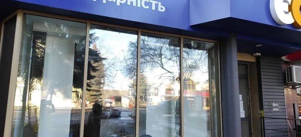 В Ривно неизвестные повредили офис партии