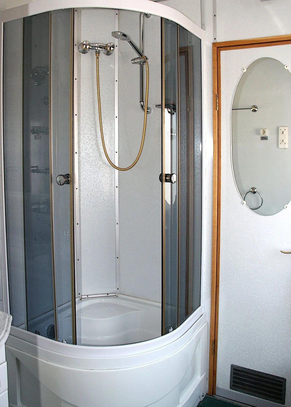 Они также оснащены отдельными ванными комнатами
