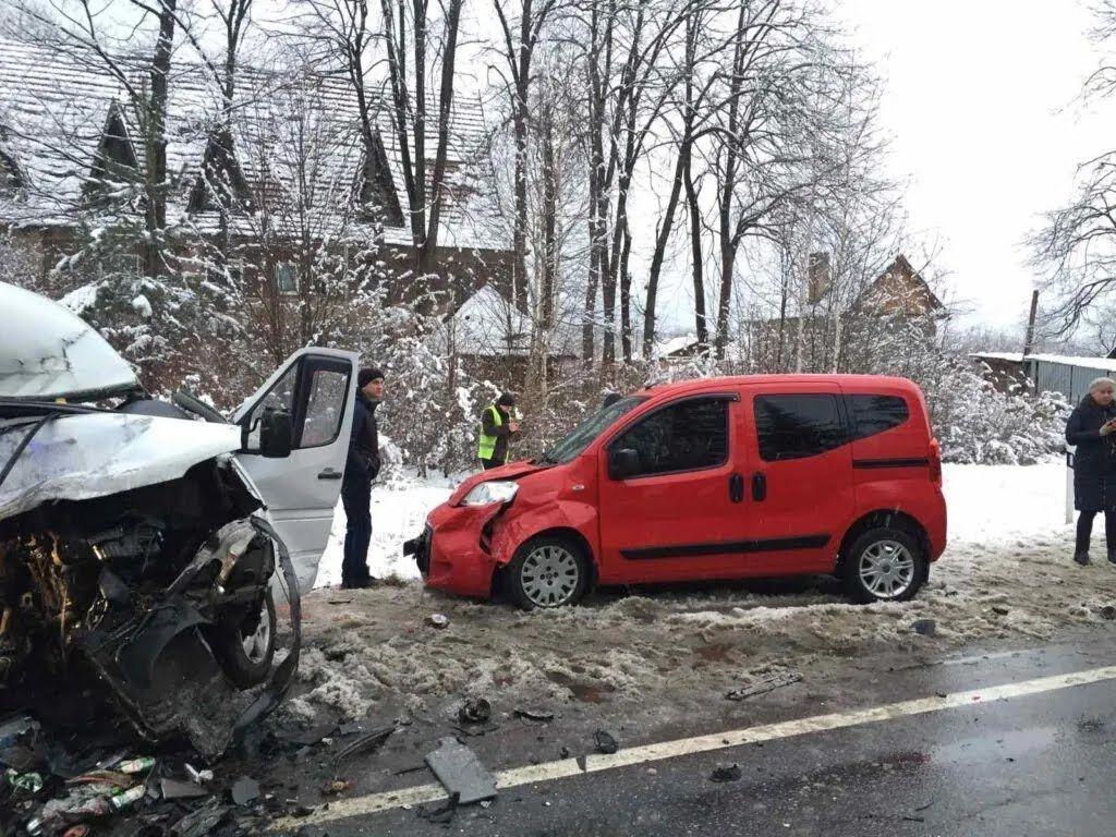 Мercedes-Benz Sprinter выехал на встречную полосу и врезался в Fiat Doblo.