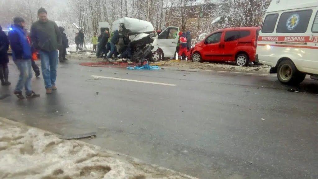 Две жертвы ДТП во Львовской области погибли сразу на месте.