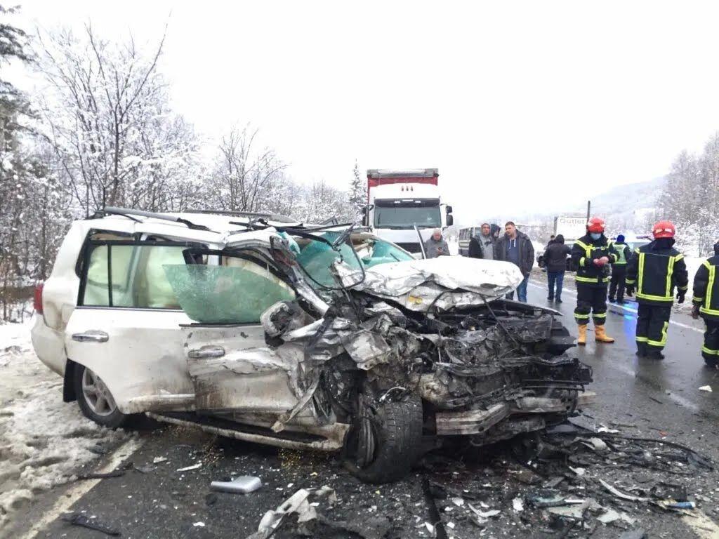 Водитель Lexus Lx570 во время обгона столкнулся с Мercedes-Benz Sprinter.