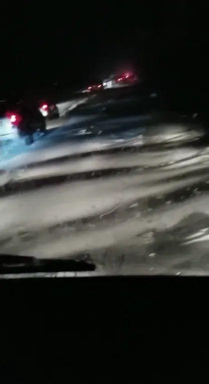 Хвилі снігу на дорозі під Одесою