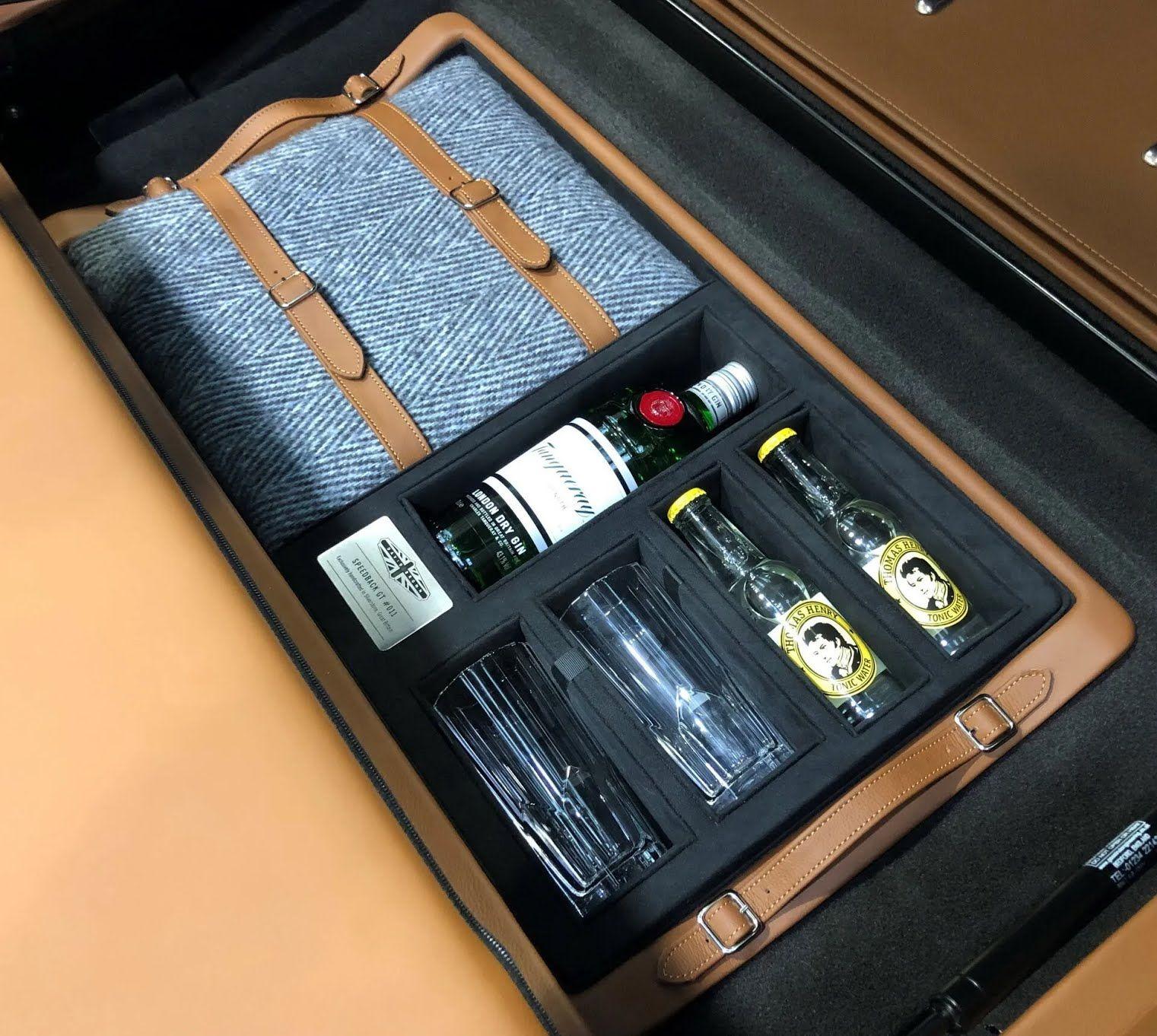 В багажнике можно обнаружить набор аксессуаров для любителей джин-тоника
