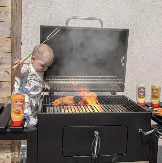 Папа поручил малышу приготовление мяса.
