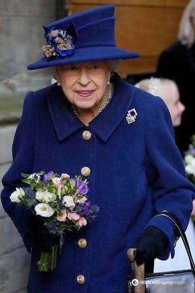 Королева Елизавета II в синем пальто.