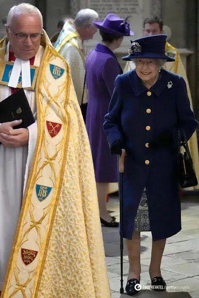 Королева Елизавета II с тростью.