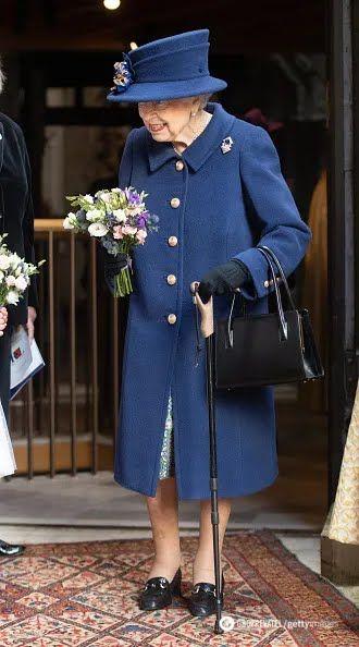 Королева Великобритании с тростью на публичном мероприятии.