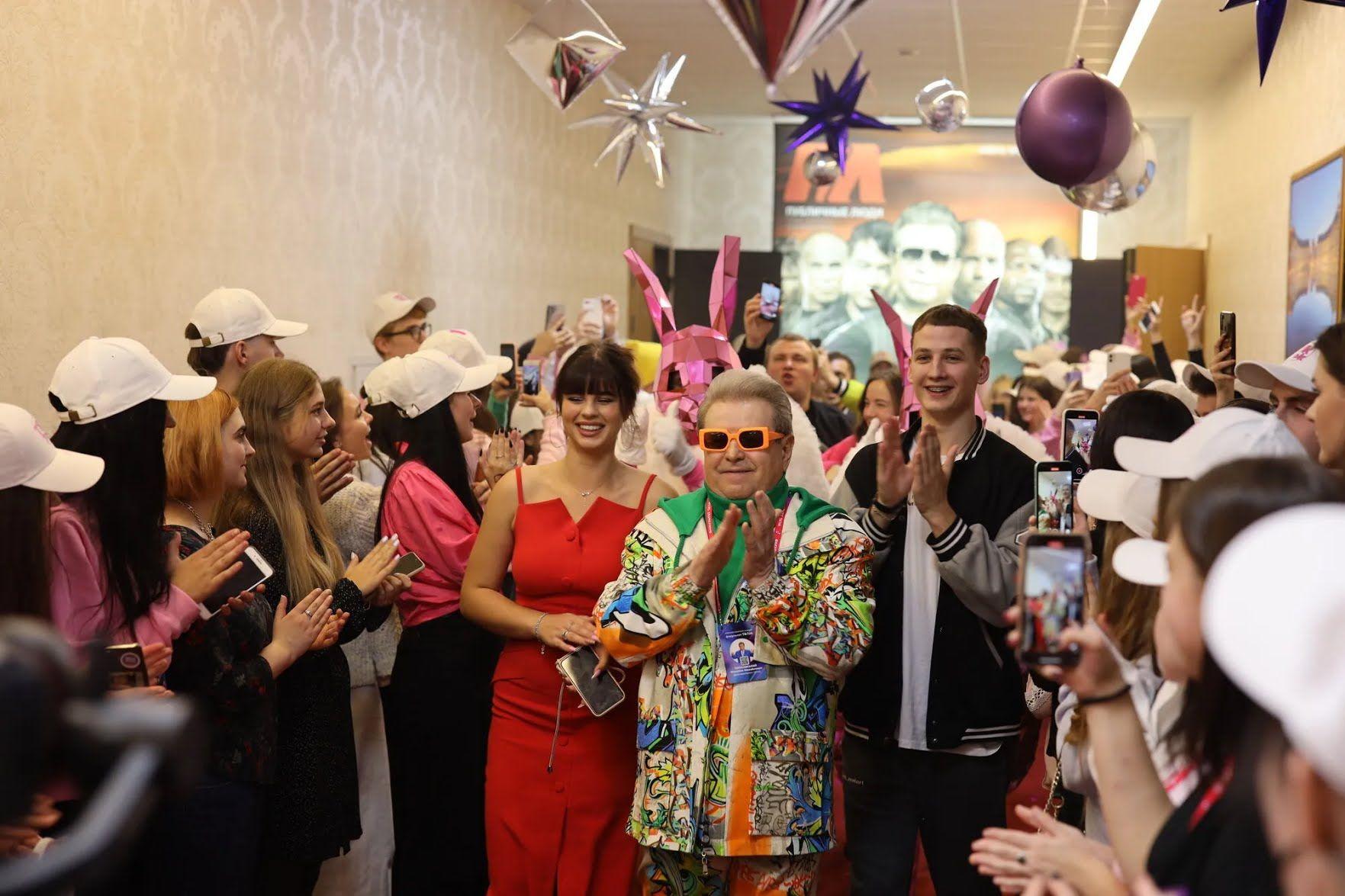 Поплавский вручил студенческие билеты будущим тиктокерам