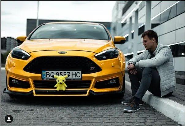 Юрій зі своєю улюбленою машиною.