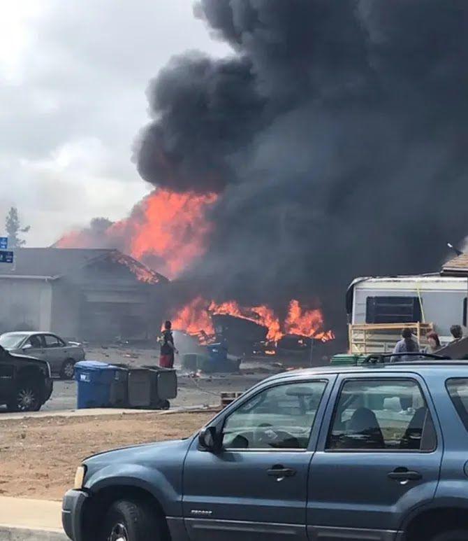 Грузовик и здания загорелись.