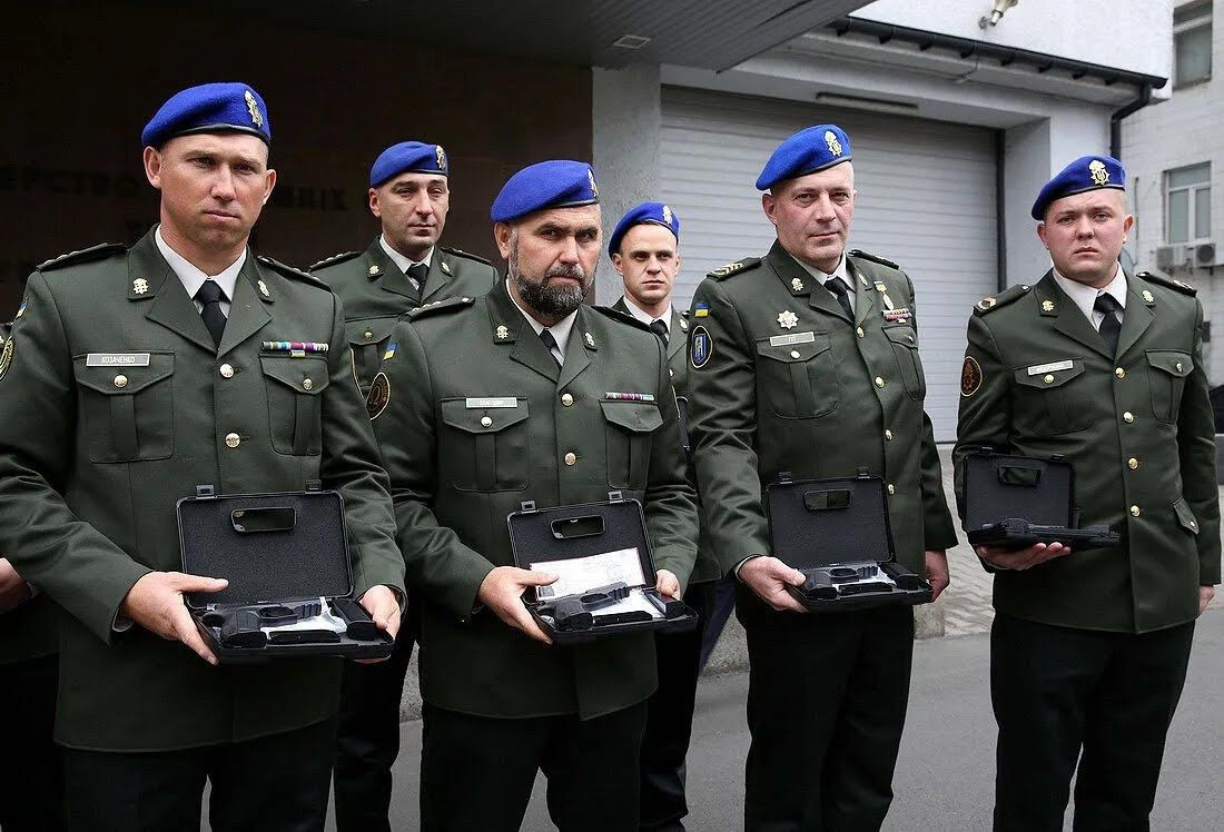 """Отличием МВД Украины """"Огнестрельное оружие"""" награждены военные"""