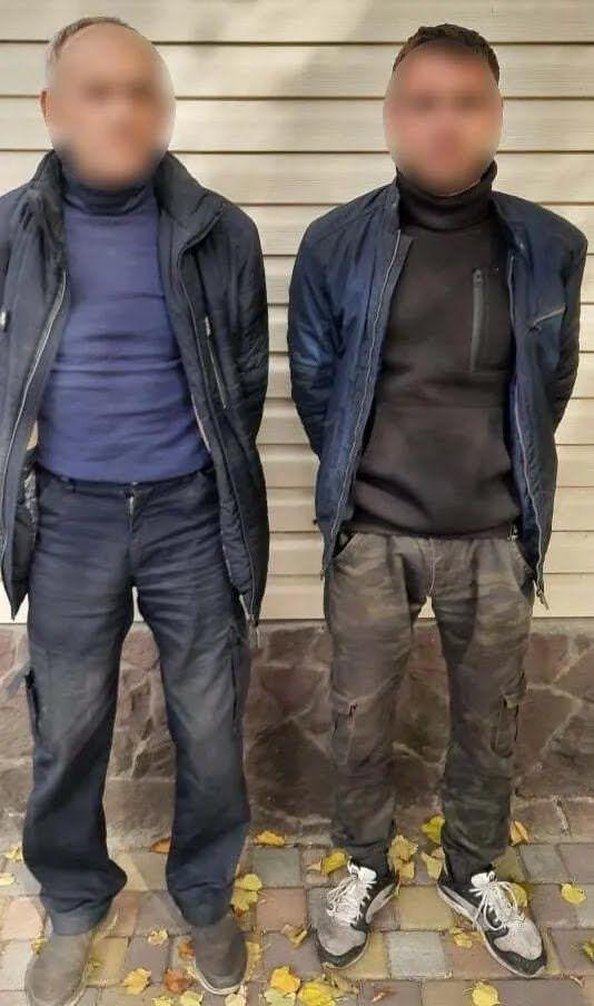 Нападали на правоохоронців двоє чоловіків, один з них схопив вила.