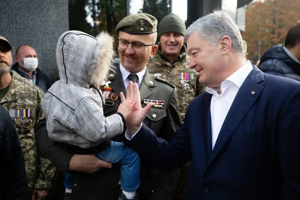Порошенко привітав захисників України зі святом