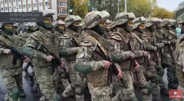 Центральною вулицею міста крокували понад тисячу військовослужбовців
