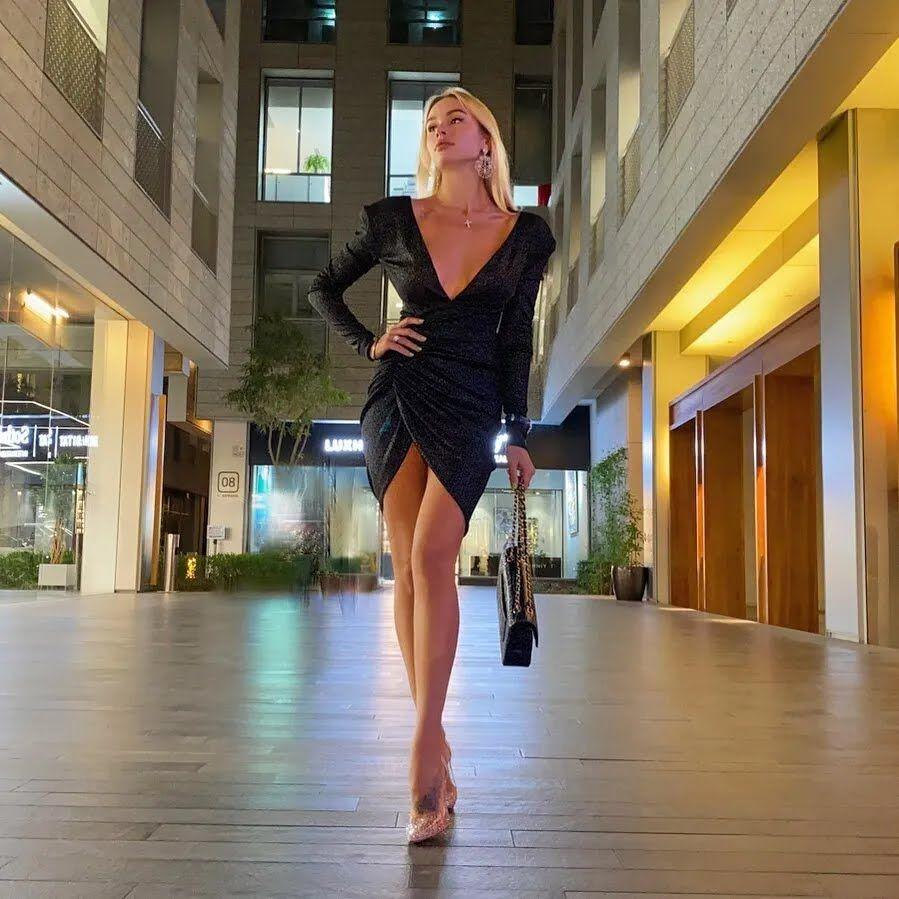 Мария Гусева в черном платье
