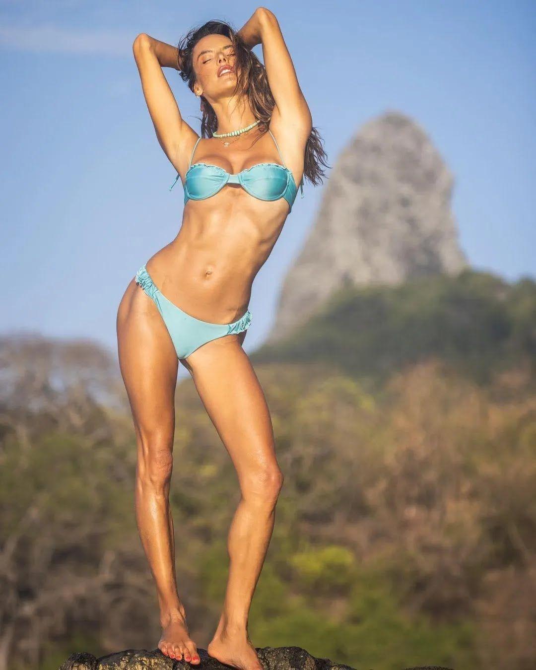 Алессандра Амбросио отдыхает на экзотическом острове