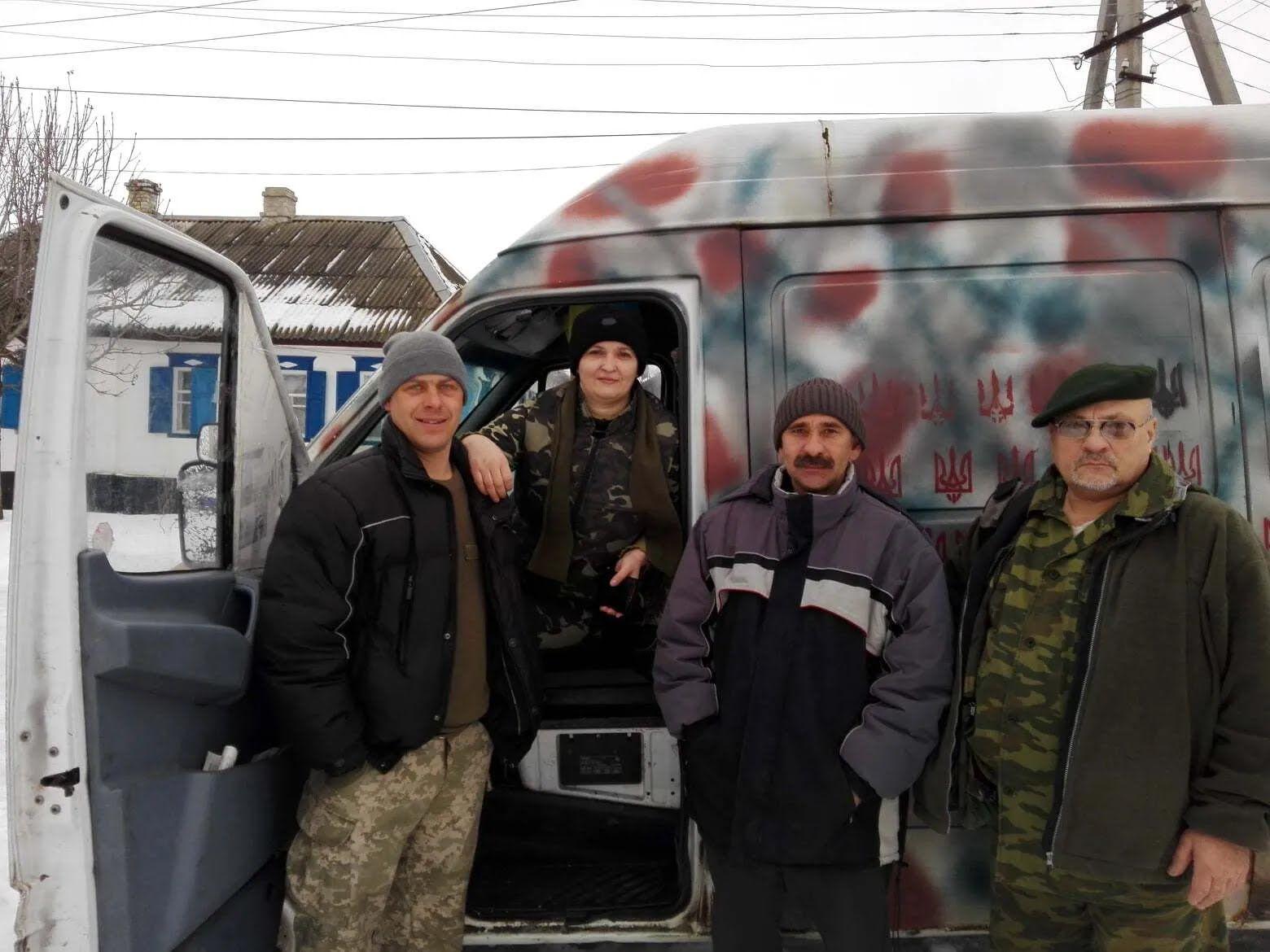 Сергей (крайний слева) на своем бусе исколесил тысячи километров на фронт